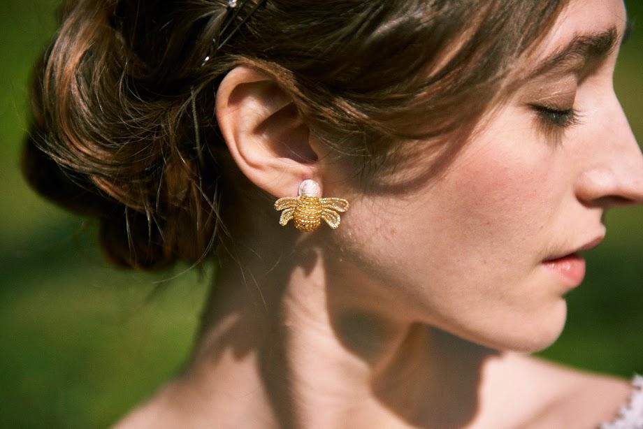 アトリエテテミツバチ刺繍ピアス